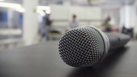 Δυναμικό φωνητικό μικρόφωνο στη σκηνή Στοκ εικόνες με δικαίωμα ελεύθερης χρήσης
