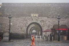 Δυναστεία το αρχαίο Castle του Ναντζίνγκ Zhonghuamen Ming στην πυκνή ομίχλη στοκ φωτογραφίες με δικαίωμα ελεύθερης χρήσης
