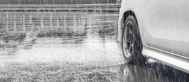 Δυνατή βροχή και λακκούβες στο δρόμο στοκ εικόνα με δικαίωμα ελεύθερης χρήσης