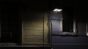Δυνατή βροχή κατά τη διάρκεια μιας σκοτεινής νύχτας που φωτίζεται με μεγάλη οδηγημένη λαμπτήρα ή θέση απόθεμα βίντεο