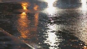 Δυνατή βροχή, δρόμος με έντονη κίνηση φιλμ μικρού μήκους