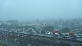Δυνατός βροχή στις οδούς της κύριας Τζακάρτα απόθεμα βίντεο