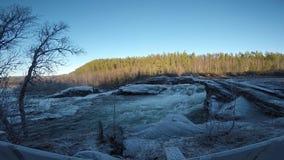 Δυνατός παγωμένος καταρράκτης στα τέλη του φθινοπώρου με το δάσος φιλμ μικρού μήκους
