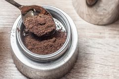 Δυσάρεστοι τόνοι Καφές σε έναν κατασκευαστή καφέ σε έναν ξύλινο πίνακα για την άσκηση πρωινού στοκ φωτογραφία με δικαίωμα ελεύθερης χρήσης