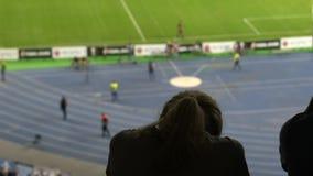 Δυσαρέσκεια καλύτερων φίλων με το αποτέλεσμα του ποδοσφαιρικού παιχνιδιού, που στο στάδιο, κινηματογράφηση σε πρώτο πλάνο φιλμ μικρού μήκους
