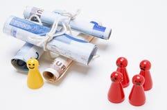 Δυσαρεστημένα κομμάτια παιχνιδιών του Ludo στο λευκό Στοκ εικόνες με δικαίωμα ελεύθερης χρήσης