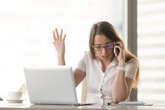 Δυσαρεστημένηη επιχειρηματίας που υποστηρίζει στην τηλεφωνική συνεδρίαση κυττάρων Στοκ Εικόνα