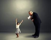 Δυσαρεστημένος άνδρας που κραυγάζει στη μικρή γυναίκα Στοκ Φωτογραφία