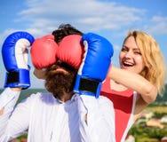 Δυσνόητο θηλυκό Παιχνίδι ή προσπάθεια σχέσεων Κανόνες σπασιμάτων στην επιτυχία Το παιχνίδι και έχει τη διασκέδαση Εξαπατά κάθε γυ στοκ φωτογραφία με δικαίωμα ελεύθερης χρήσης