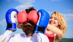 Δυσνόητο θηλυκό Τεχνάσματα πονηριών που κερδίζουν Παιχνίδι ή προσπάθεια σχέσεων Κανόνες σπασιμάτων στην επιτυχία Το παιχνίδι και  στοκ εικόνες