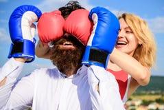Δυσνόητο θηλυκό Τεχνάσματα πονηριών που κερδίζουν Παιχνίδι ή προσπάθεια σχέσεων Το παιχνίδι και έχει τη διασκέδαση Εξαπατά κάθε γ στοκ φωτογραφίες