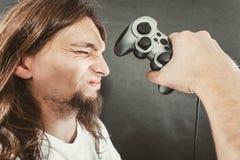 Δυστυχισμένα αρσενικά παίζοντας παιχνίδια Στοκ Φωτογραφίες