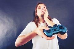 Δυστυχισμένα αρσενικά παίζοντας παιχνίδια Στοκ Φωτογραφία