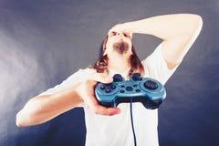 Δυστυχισμένα αρσενικά παίζοντας παιχνίδια Στοκ φωτογραφία με δικαίωμα ελεύθερης χρήσης