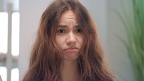 Δυστυχισμένα νέα να αγγίξουν γυναικών και το κοίταγμα στην ξηρά τρίχα τελειώνουν στον καθρέφτη στο δωμάτιο λουτρών φιλμ μικρού μήκους