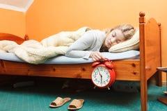 Δυστυχισμένη γυναίκα που ξυπνά με το ξυπνητήρι Στοκ εικόνες με δικαίωμα ελεύθερης χρήσης