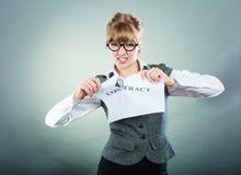 Δυστυχισμένη επιχειρησιακή γυναίκα που παρουσιάζει τσαλακωμένη σύμβαση Στοκ φωτογραφία με δικαίωμα ελεύθερης χρήσης