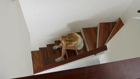 Δυστυχισμένη καλά-μην καλλωπισμένη συνεδρίαση κοριτσιών στα σκαλοπάτια, η έννοια της απογοήτευσης επάνω από την όψη φιλμ μικρού μήκους