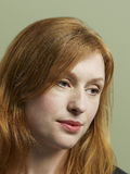 Δυστυχισμένη νέα γυναίκα που κοιτάζει κάτω στοκ φωτογραφίες