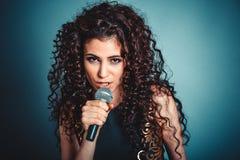 Δυστυχισμένη ομιλία γυναικών από το μικρόφωνο που φαίνεται δύσπιστο σε σας στοκ φωτογραφία με δικαίωμα ελεύθερης χρήσης
