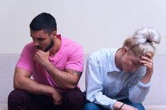 Δυστυχισμένη συνεδρίαση ζευγών πλάτη με πλάτη Στοκ Εικόνα