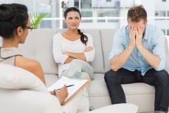 Δυστυχισμένη συνεδρίαση ζευγών στον καναπέ στη σύνοδο θεραπείας στοκ εικόνες