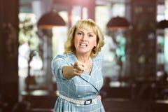 Δυστυχισμένη φωνάζοντας γυναίκα, θολωμένο υπόβαθρο Στοκ εικόνα με δικαίωμα ελεύθερης χρήσης