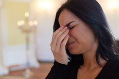 Δυστυχισμένη φωνάζοντας γυναίκα στην κηδεία στην εκκλησία Στοκ φωτογραφία με δικαίωμα ελεύθερης χρήσης