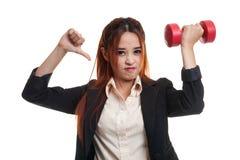 Δυστυχισμένοι ασιατικοί αντίχειρες επιχειρησιακών γυναικών κάτω με τους αλτήρες Στοκ Εικόνα