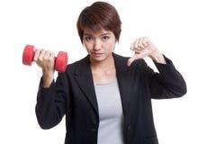 Δυστυχισμένοι ασιατικοί αντίχειρες επιχειρησιακών γυναικών κάτω με τους αλτήρες Στοκ φωτογραφία με δικαίωμα ελεύθερης χρήσης