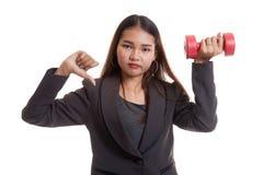 Δυστυχισμένοι ασιατικοί αντίχειρες επιχειρησιακών γυναικών κάτω με τους αλτήρες Στοκ εικόνα με δικαίωμα ελεύθερης χρήσης