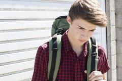 Δυστυχισμένος άστεγος έφηβος στις οδούς με το σακίδιο Στοκ φωτογραφίες με δικαίωμα ελεύθερης χρήσης