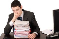 Ανησυχημένο επιχειρησιακό άτομο με πολλή εργασία. Στοκ Εικόνες