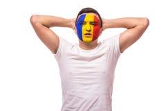 Δυστυχισμένος και αποτυχία του στόχου ή χάστε τις συγκινήσεις παιχνιδιών του ρουμανικού οπαδού ποδοσφαίρου στην υποστήριξη παιχνι Στοκ Εικόνα