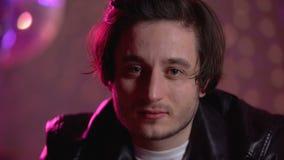 Δυστυχισμένος μεθυσμένος νεαρός άνδρας που κοιτάζει επίμονα στη κάμερα, που σπαταλά την άσκοπη ζωή στο κόμμα απόθεμα βίντεο