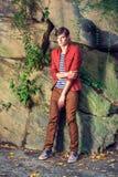 Δυστυχισμένος νεαρός άνδρας που σκέφτεται έξω στο Central Park, Νέα Υόρκη Στοκ φωτογραφίες με δικαίωμα ελεύθερης χρήσης