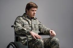 Δυστυχισμένος νεαρός άνδρας που φορά τη στρατιωτική στολή Στοκ Φωτογραφίες
