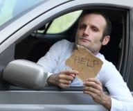 Δυστυχισμένος οδηγός στο αυτοκίνητό του που ζητά τη βοήθεια Στοκ φωτογραφία με δικαίωμα ελεύθερης χρήσης