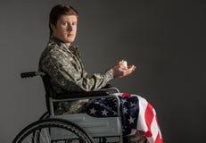 Δυστυχισμένος παραλυμένος στρατιωτικός που αισθάνεται ανίσχυρος στοκ φωτογραφίες με δικαίωμα ελεύθερης χρήσης