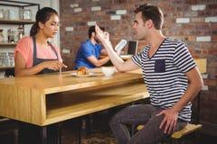 Δυστυχισμένος πελάτης που παραπονιέται για το croissant Στοκ φωτογραφίες με δικαίωμα ελεύθερης χρήσης