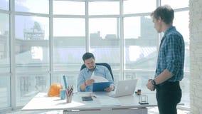 Δυστυχισμένος προϊστάμενος που δίνει την επίπληξη στον εργαζόμενο γραφείων απόθεμα βίντεο