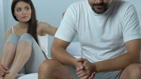 Δυστυχισμένος σύζυγος που αγνοεί τη φροντίζοντας σύζυγο, σεξουαλική δυσλειτουργία, προβλήματα στην εργασία απόθεμα βίντεο