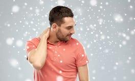 Δυστυχισμένο άτομο που πάσχει από τον πόνο λαιμών πέρα από το χιόνι Στοκ φωτογραφία με δικαίωμα ελεύθερης χρήσης