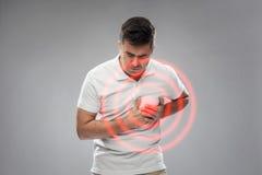 Δυστυχισμένο άτομο που πάσχει από τον πόνο καρδιών Στοκ Φωτογραφία