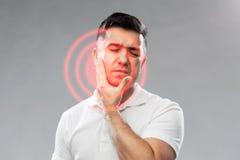 Δυστυχισμένο άτομο που υφίσταται τον πονόδοντο Στοκ Εικόνες