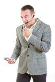 Δυστυχισμένο άτομο στο κοστούμι με την κάσκα και τηλέφωνο κινητό στο han του Στοκ Εικόνα