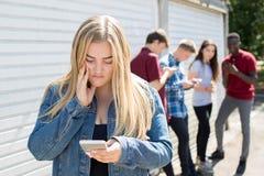Δυστυχισμένο έφηβη που φοβερίζεται από το μήνυμα κειμένου Στοκ φωτογραφία με δικαίωμα ελεύθερης χρήσης
