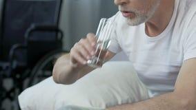 Δυστυχισμένο αρσενικό παίρνοντας χάπι και πόσιμο νερό, επεξεργασία στο κέντρο αποκατάστασης φιλμ μικρού μήκους