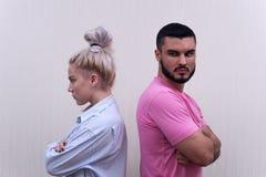 Δυστυχισμένο ζεύγος που στέκεται πλάτη με πλάτη Στοκ εικόνα με δικαίωμα ελεύθερης χρήσης