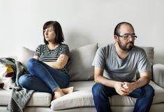Δυστυχισμένο ζεύγος που υποστηρίζει στον καναπέ στοκ εικόνες
